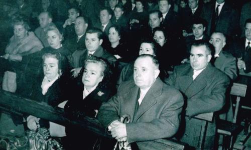 Paulino junto a varios familiares  asistiendo a un oficio religioso