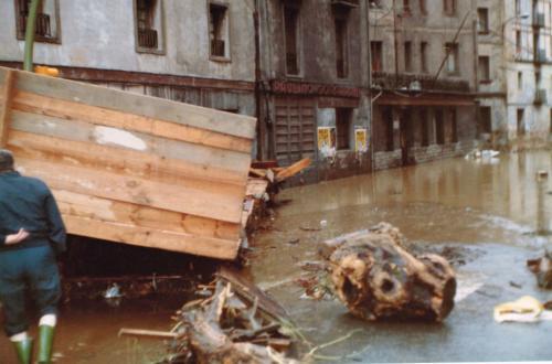 Situación de la calle donde se ubicaba el taller de Paulino Sorarrain durante las inundaciones, 1983