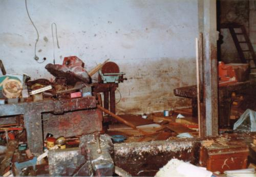Destrozos como consecuencia de las inundaciones en el interior del taller Paulino Sorarrain, 1983