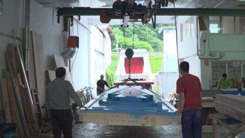 Trabajadores cargando piezas en el taller actual